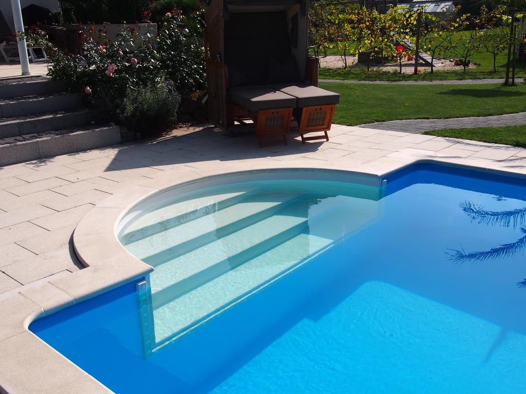 pool treppen sind sch n und bieten einen sicheren einstieg. Black Bedroom Furniture Sets. Home Design Ideas
