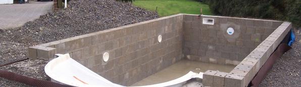 pool mit betonsteinen mauern schwimmbad und saunen. Black Bedroom Furniture Sets. Home Design Ideas
